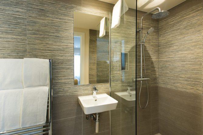 Plaza Executive Double Bathroom | Park City Grand Plaza Kensington Hotel